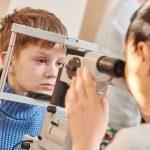 Examen de oftalmoscopía en niños que saben hablar
