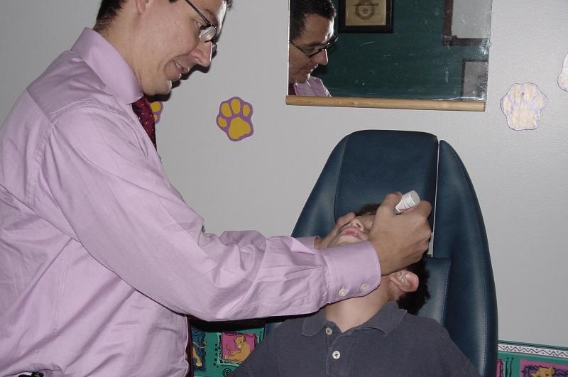 Aplicación de gotas para dilatación pupilar en niños verbales - Oftalmología pediátrica - Dr. Alvaro Sanabria